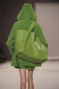 Akris at Paris Fashion Week Spring 2012 - Details Runway Photos Shades Of Green, Pink And Green, Blue Photography, Style Vert, Big Bags, Green Bag, Green Fashion, Mode Inspiration, Beautiful Bags