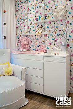 um quarto de bebe muito clean, a não ser pelo papel de parede, liiiiiiiiiiiiindo!