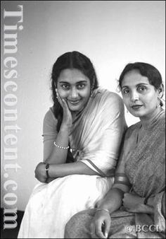 Shobhna Samarth (R), one of the leading actress of Marathi and Hindi cinema, is seen with her daughter Nutan (L) , who is regarded as one of the finest female actor of Hindi cinema, on March 1958 Bollywood Cinema, Bollywood Photos, Bollywood Stars, Indian Bollywood, Freedom Fighters Of India, Old Celebrities, Vintage Bollywood, Golden Star, Rare Pictures