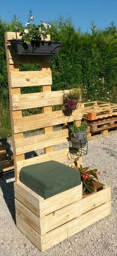 Pallet planters are becoming very common these days and are used as a valuable source for making garden planters. Wood pallets can be taking apart into wood boards that can be recycled for any scope of projects. Pallet planters are of many types and Pallet Home Decor, Pallet Crafts, Pallet Ideas, Pallet Projects, Furniture Projects, Diy Furniture, Diy Crafts, Used Outdoor Furniture, Wooden Pallet Furniture