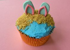 Beach cupcakes. Would be super cute with a little drink umbrella. Can also use course white sugar for white sands beach.