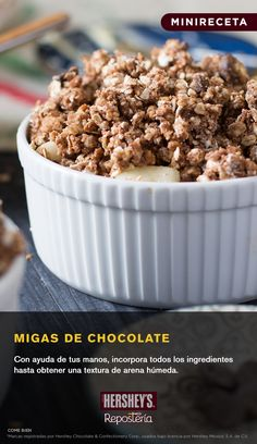 Ya sean solas, como base o complemento de un postre, las migas son todo un placer para el paladar.  INGREDIENTES: -1½ tazas o 150 g de CHISPAS DE CHOCOLATE SEMIAMARGO HERSHEY'S® -¾ de taza o 150 g de azúcar mascabado -⅓ de taza o 40 g de harina -⅓ de taza o 60 g de mantequilla -1½ tazas o 150 g de nueces picadas  #Repostería #Postre #Chocolate #Delicioso
