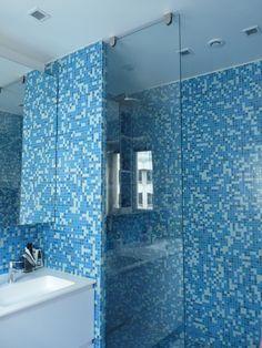 Grande douche à l'italienne en mosaïque - Duplex Paris XVI