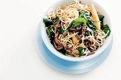 Lentewok met eiernoedels, spinazie en rundsvlees.