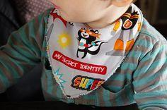 Tuto pour coudre un bavana (mix entre un bavoir et un bandana), l'accessoire mode indispensable pour les bébés baveurs ! ;)