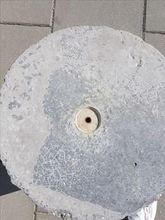 Een punt, in het midden van een klein vlak, dat zich ook in het midden van een groot, rond vlak bevindt.