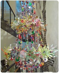 Plastic Bottle Art, Recycle Plastic Bottles, Plastic Flowers, Paper Flowers, Mobiles, Paper Chandelier, Crafts To Make, Diy Crafts, Origami