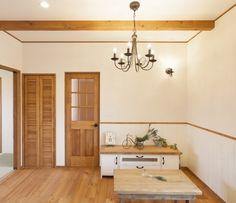 フレンチカントリーテイストのまっ白なおうち まっ白な壁が青空に映えてきれいなおうち。 自然素材にもこだわってつくられたおうちです。 無垢の床材やしっくいなど、 自然素材のやさしい雰囲気があたたかみを 感じるお部屋に仕上がりました☆ 家具や照明、かわいい雑貨がインテリアに アクセントをそえてくれています。 フレンチカントリーテイストのまっ白なおうち - かわいい家photo