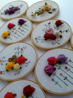 Hoop art: framed embroidered and felt flowers. Ana Tuyama crafts: artesanato, vida, familia e outras manias. Embroidery Hoop Crafts, Silk Ribbon Embroidery, Cross Stitch Embroidery, Embroidery Patterns, Hand Embroidery, Flower Embroidery, Art Patterns, Japanese Embroidery, Embroidered Flowers