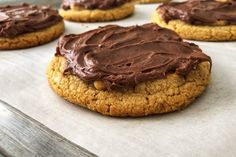 Fudge frosted bakery-style big & soft peanut butter cookies — Beneath the Crust Fudge Frosting, Chocolate Frosting, Chocolate Fudge, Melting Chocolate, Chocolate Chip Cookies, Soft Peanut Butter Cookies, Creamy Peanut Butter, No Bake Cookies, Cookie Cakes