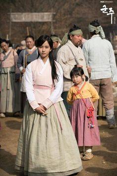 김소현 The Emperor: Owner of the Mask (Hangul: 군주-가면의 주인; RR: Gunju - Gamyeon-ui ju-in; lit. Ruler - Master of the Mask) is South Korean television series. It airs on MBC.
