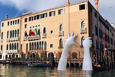 """Si te encuentras estos días por las calles de Venecia, no te asustes al veruna enormes manos saliendo del agua. Afortunadamente no te atraparán: se trata de una escultura inanimada que únicamente nos puede sorprender. La escultura de Lorenzo Quinn, bautizada """"Support"""",forma parte de la bienal de Venecia que tiene"""