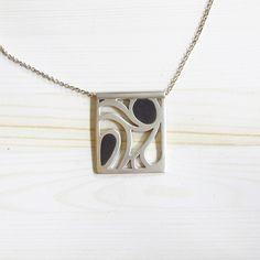 Hanger Opal. Zilver met zwart koud-emaille. Unicum van Karen Klein edelsmid. | karenklein.eu