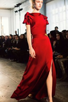 Jenny Packham's lady in red… See my favorite looks here. Red Fashion, Fashion Week, Couture Fashion, Runway Fashion, High Fashion, Fashion Show, Fashion Dresses, Dress Dior, Dress Up