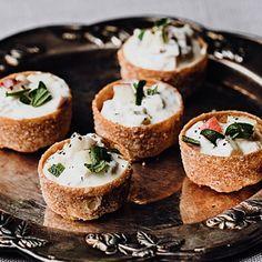 Färdiga krustader gör denna snitt extra snabb att förbereda inför festen. Hackad rökt skinka blandas med krispigt, sött äpple, rosmarin och crème fraiche. Toppa med ännu mer äpple som fått fin syra från färskpressad citron, vilket hjälper till att bevara färgen. Party Finger Foods, Finger Food Appetizers, Appetizer Recipes, Party Food And Drinks, Snacks Für Party, Tapas, Swedish Cuisine, New Years Eve Food, Hot Cocoa Recipe