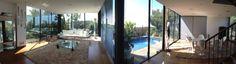 Buenos Días a tod@s! Hoy os queremos presentar Villa Lumière, es una villa situada en Sitges, de estilo funcional-moderna, la cual cuenta con unas increíbles vistas del puerto y del pueblo de Sitges gracias a su fachada con grandes ventanales. Tiene capacidad para 6 personas. Es ideal para relajarse en familia o con amigos de una vacaciones disfrutando de la tranquilidad de la situación de la casa con la comodidad de estar a 3 Km de la playa y a tan sólo 35 Km de Barcelona.