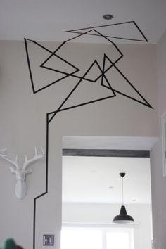 Lleva tus diseños de la pared al techo para darle aún más personalidad a tu decoración.   19 Ideas originales para decorar tus paredes con cinta adhesiva