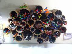 O que fazer com tubos velhos de PVC e algumas canetas sobrando...
