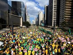 SÃO PAULO - Multidão participa de protesto contra a presidente Dilma Rousseff na Avenida Paulista (Foto: Paulo Whitaker/Reuters)