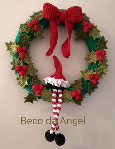 Guirlanda com 25 cm de diâmetro toda em crochê com azevinhos e um gnomo. Peça delicada, exclusiva que vai deixar a sua casa com uma decoração de Natal de encher os olhos. Peça exclusiva do Beco da Angel. Pode ser personalizada a seu gosto. Tenho diversos modelos