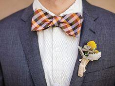 Look hipster para el novio en la boda con corbata de moño estampada