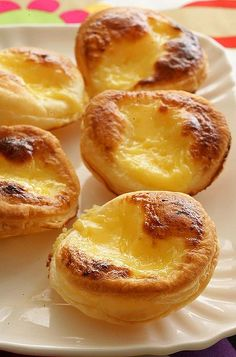 Easy Portuguese Tarts Looking forward to trying to make these 'easy' Portugese tarts - will see how easy they turn out to be! Portuguese Egg Tart, Portuguese Desserts, Portuguese Recipes, Portugese Custard Tarts, Tart Recipes, Dessert Recipes, Cooking Recipes, Butter Puff Pastry, Good Food