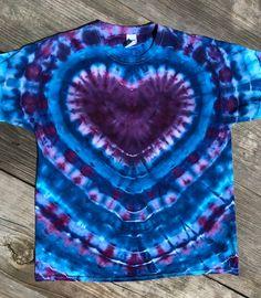Diy Tie Dye Designs, Shirt Designs, Tye And Dye, How To Tie Dye, Camisa Tie Dye, Sharpie Tie Dye, Diy Sharpie, Tie Dye Folding Techniques, Diy Tie Dye Shirts