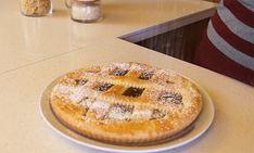 La torta all'acqua è un dolce che si prepara senza uova e senza burro, il che la rende perfetta per chi vuole limitare le calorie