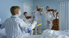 Norsk serie. Sesong 2. Vi utforsker musikk og henter fram gamle barne- eller folkesanger.  I hvert program finner vi  rytmer, oppdager stemmer og kanskje dirigerer barn et orkester.
