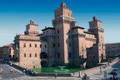 Iniciado en el 1245, el edificio asume las actuales dimensiones al final del siglo XV, sin embargo la fachada se restauró  en estilo neogótico en el 900.