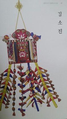 """""""누에고치에서 꽃을 피우다""""라는 제목으로 전시되었던 동국대 전통자수 2015년도 도록입니다. 총 137p에 65..."""