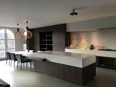 Wengé houten keuken met een super mooi wit dik werkblad. Door Remy Meiers ontworpen.