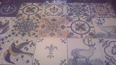Azulejos portugueses de madera, hechos a mano, en composición de panel.