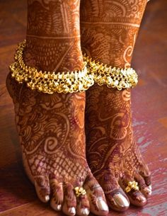 I am not sure what our costumes look like but i love the ankelets!- Bridal anklet or payal with mehndi or henna design Henna Designs, Anklet Designs, Ring Designs, Nostalgia Photography, Becca Highlighter, Bollywood, Isadora Duncan, Indian Accessories, Mehndi Tattoo