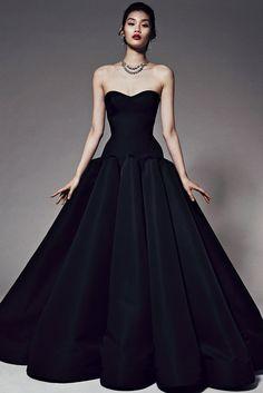 ♕ Zac Posen ♕  Vestido negro de palabra de honor, con falda de vuelo y cuerpo tipo corpiño. ♥♥