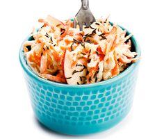 Njut av en krämig vitkålssallad med sötma från äpple i ett spännande möte med surkål på burk. Smaskens som tillbehör till trendrätten pulled pork eller till kokt korv i bröd.