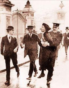 Politie arresteert demonstrante voor vrouwenkiesrecht (1916).