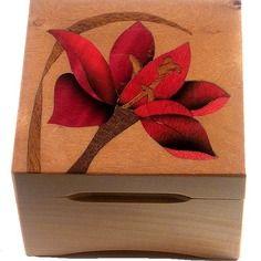 Boîte à musique en bois avec marqueterie lys rouge