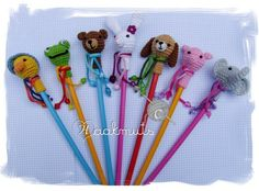 Pencil toppers free patterns *other uses: mini amigurumi ~add body; Crochet Gratis, Crochet Amigurumi, Diy Crochet, Crochet Dolls, Crochet Baby, Crochet Beanie, Pen Toppers, Crochet Keychain Pattern, Crochet Accessories