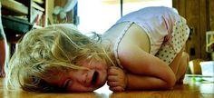 Τι μπορούμε να κάνουμε, όταν το παιδί βρίσκεται σε κατάσταση υστερίας, για να το ηρεμήσουμε; Ακολουθούν 10 δοκιμασμένα κόλπα, που θα σας βοηθήσουν να ρίξετε τους τόνους, χωρίς φωνές!