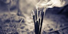 """Los inciensos eran utilizados para aromatizar y crear """"buenas vibras"""", estas delicadas varitas han sido elementos protagonistas de diversas religiones y culturas desde la Edad Antigua, y pueden ser de gran ayuda en la meditación y el contacto con el místico."""