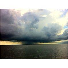 Onweer met waterhozen boven Waddenzee
