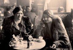 W późnych latach 20. niepracujący warszawianie, albo ci, którzy z pracy mogli na godzinkę wyskoczyć, spotykali się w cukierniach i kawiarniach przy kawie i ciastkach, aby wymienić najświeższe plotki albo całkiem poważne informacje polityczne czy giełdowe. Na zdjęciu panie korzystają z nowoczesnego udogodnienia – telefonu wewnętrznego w legendarnej Ziemiańskiej przy ulicy Mazowieckiej 12…