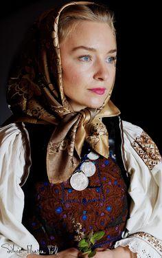 Într-o lume în care se caută fericirea imediată, aflată la un click distanţă, într-o existenţă dezrădăcinată parcă din solul ei autentic, o tânără de 34 de ani din Mocod nu se fereşte să trăiască aşa cum au învăţat-o străbunii ei. Silvia-Floarea Tóth este o susţinătoare a tradiţiilor româneşti, pe care le consideră temelia societăţii. A …