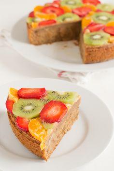 Vegan cake with strawberry, kiwi and tangerine. Vegan Fruit Cake, Fruit Tart, Strawberry Cakes, Strawberry Kiwi, Avocado Toast, Yummy Treats, Sweets, Snacks, Meals
