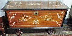 Belíssimo baú oriental em madeira nobre com decorado po..