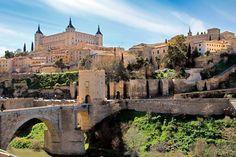 TOLEDO - SPAIN Toledo vista do outro lado do rio Tejo. Destaque para o Alcázar e para a Ponte de Alcántara