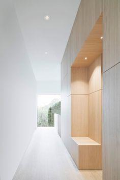 Image 12 of 23 from gallery of Haus B / Yonder – Architektur und Design. Photograph by Brigida González Flur Design, Hall Design, Delta House, Modern Hall, Rustic Interiors, Simple House, Contemporary Architecture, Home Interior Design, Entrance