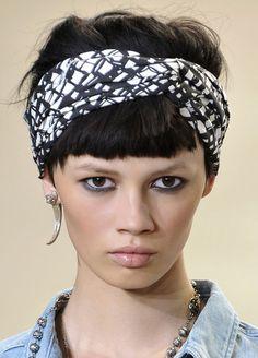 Cheveux Courts Avec Bandeau   10 Modèle de coiffures avec bandeaux Bandeau  Cheveux Courts a02bdc48d7a