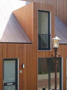 detail . Holzfassade eines Wohnhauses in Amsterdam